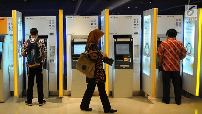 Nasabah melakukan transaksi di ATM Mandiri, Jakarta, Senin (29/4/2019). Aset Bank Mandiri pada Kuartal I 2019 tercatat sebesar Rp 1.206,0 triliun, naik 9,8 persen dari akhir Maret 2018. (Liputan6.com/Angga Yuniar)