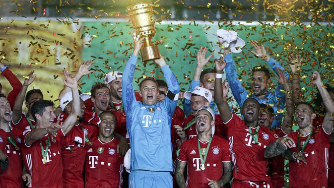 Pemain Bayern Munchen menjuarai DFB Pokal usai mengalahkan Bayer Leverkusen 4-2 pada final di Olympiastadion, Berlin, Sabtu (4/7/2020) atau Minggu dini hari WIB. (AFP/Michael Sohn)