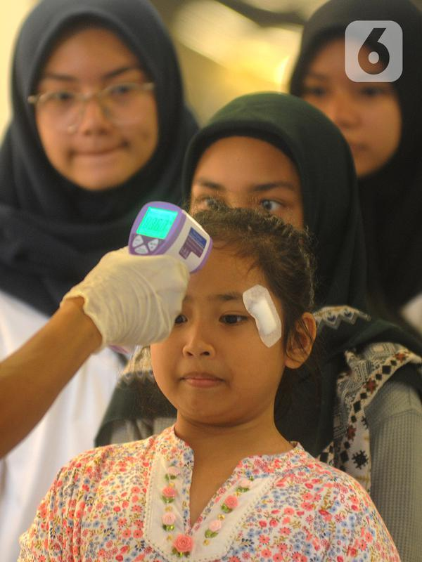 Pengunjung Mall Ikea Alam Sutera menjalani pemeriksaan suhu tubuh untuk mengantisipasi penyebaran vius corona COVID-19, Tangerang Selatan, Banten, Kamis (12/3/2020). Organisasi Kesehatan Dunia (WHO) mengumumkan bahwa virus corona telah menjadi pandemi global. (merdeka.com/Arie Basuki)
