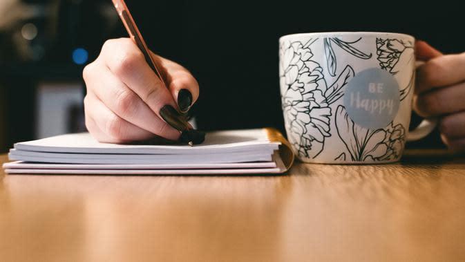 Ilustrasi Menulis di Buku harian Credit: pexels.com/Fotios