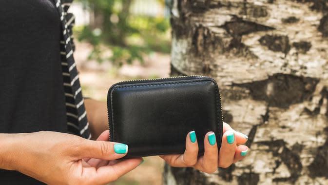 Menjadi media ideal bersarangnya kuman dan bakteri, dompen adalah benda yang harus rutin kamu bersihkan. (Foto: Unsplash)
