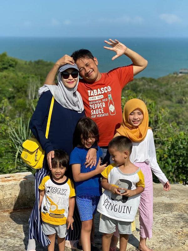 Kini, Hanung Bramantyo dan Zaskia Adya Mecca telah memiliki lima orang anak. Sebelum menikah dengan bintang sinetron dan film tersebut, Hanung telah memiliki seorang putra dari pernikahan pertamanya. Selamat ya Hanung-Zaskia, semoga jadi anak sholeh. (Instagram/zaskiadyamecca)