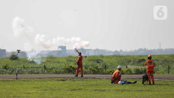 Anggota Polairud bersama tim SAR menyalakan flare saat simulasi penyelamatan korban bencana pada perayaan HUT ke-69 Polairud di Mako Polairud, Pondok Cabe, Tangerang, Rabu (4/12/2019). Dalam simulasi tersebut turut dikerahkan helikopter hingga anjing K9. (Liputan6.com/Faizal Fanani)