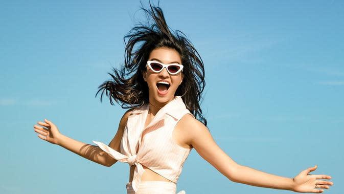 Meski tampil simpel, wanita berusia 35 tahun tersebut tampil ceria dengan wrap top dan kacamata kekinian. (Liputan6.com/IG/@ralineshah)