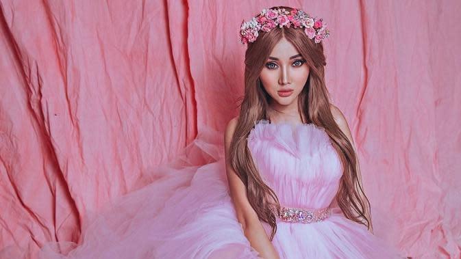 Gaya Lucinta Luna Pemotretan Bertema Barbie (sumber: instagram/lucintaluna)