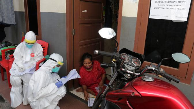 "Petugas Kesehatan melakukan pendataan saat Swab Test COVID 19 secara ""door to door"" bagi warga pendatang di Kawasan kampung Tengah, Kramat Jati, Jakarta, Jumat (12/6/2020). Tes Swab dengan mendatangi rumah itu untuk mencegah penyebaran pandemi Covid-19 di masa PSBB transisi (merdeka.com/Imam Buh"