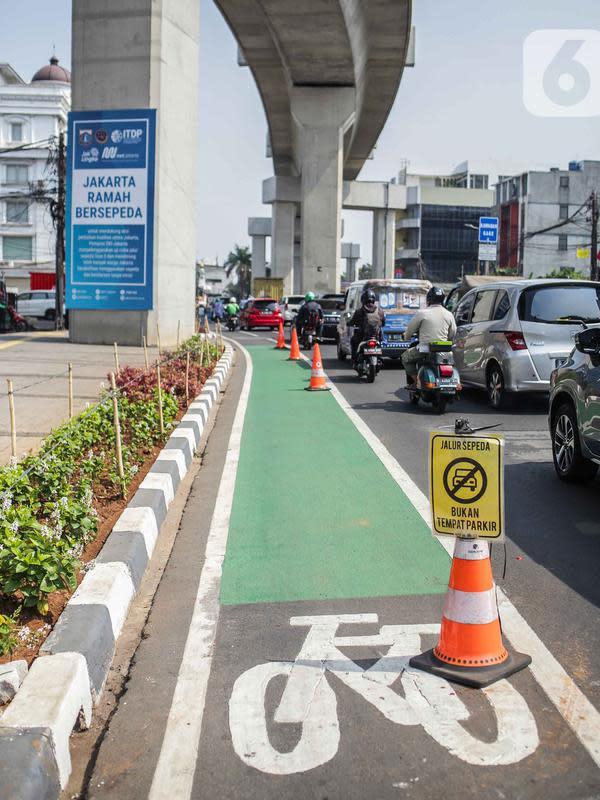Kendaraan melintas di samping jalur khusus sepeda di Jalan Fatmawati Raya, Jakarta Selatan, Rabu (30/10/2019). Penundaan pembangunan jalur sepeda pada 2020 lantaran Komisi B ingin mengetahui rencana induk pembangunan jalur sepeda secara keseluruhan. (Liputan6.com/Faizal Fanani)