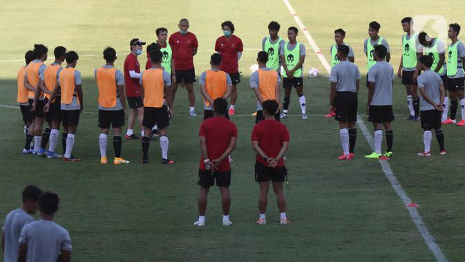 Pelatih Kepala Timnas Indonesia, Shin Tae-yong (bertopi) memberi arahan saat latihan di Stadion Madya Gelora Bung Karno, Jakarta, Jumat (28/8/2020). Selanjutnya, Timnas U-19 akan berlatih dan mengikuti turnamen mini di Kroasia jelang Piala Asia U-19 2020 Uzbekistan. (Liputan6.com/Helmi Fithriansyah)