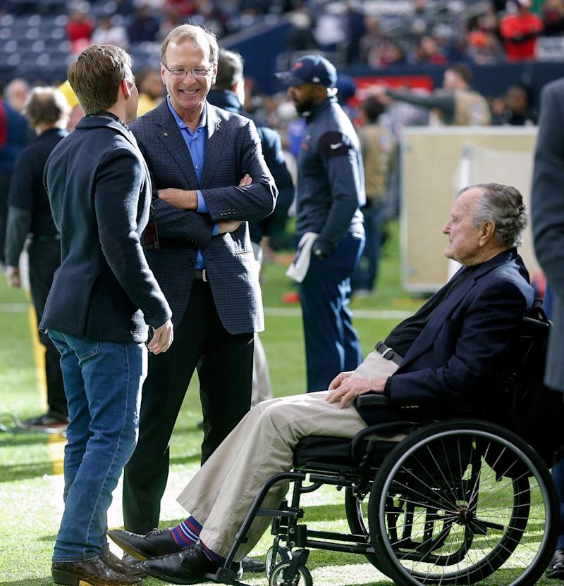 Neil Bush (center) with dad George H. W. Bush in January 2017