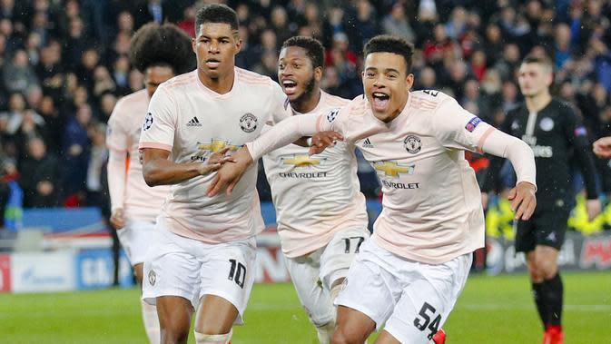 Striker muda Manchester United Mason Greenwood merayakan gol Marcus Rashford pada laga Liga Champions melawan Paris Saint-Germain di Parc des Princes, Kamis (7/3/2019) dini hari WIB. (AP Photo/Francois Mori)