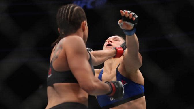 Ronda Rousey kalah melawan Amanda Nunes dalam UFC 207 yang digelar Jumat (30/12/2016). (AFP/Bintang.com)