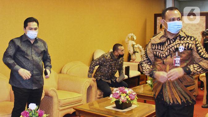 Menteri BUMN Erick Thohir (kiri) dan Ketua KPK Firli Bahuri (kanan) saat rapat bersama DPR di Kompleks Parlemen, Jakarta, Rabu (13/5/2020). Rapat tertutup tersebut membahas antisipasi skema penyelamatan perbankan akibat COVID-19. (Liputan6.com/Johan Tallo)