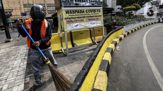 Warga pelanggar Pembatasan Sosial Berskala Besar (PSBB) dihukum menyapu saat terjaring razia masker di wilayah Tanah Abang, Jakarta, Senin (14/9/2020). Razia tersebut guna menekan kasus penyebaran COVID-19 di Jakarta pada masa PSBB. (Liputan6.com/Johan Tallo)