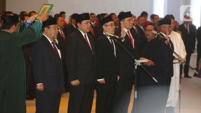 Lima Anggota Badan Pemeriksa Keuangan (BPK) periode 2019-2024, Pius Lustrilanang, Daniel Lumban Tobing, Hendra Susanto, Ahsanul Qosasi dan Harry Azhar Azis mengucapkan sumpah jabatan yang dipimpin Ketua MA, Hatta Ali di Gedung Mahkamah Agung, Jakarta, Kamis (17/10/2019). (Liputan6.com/Angga Yuniar)