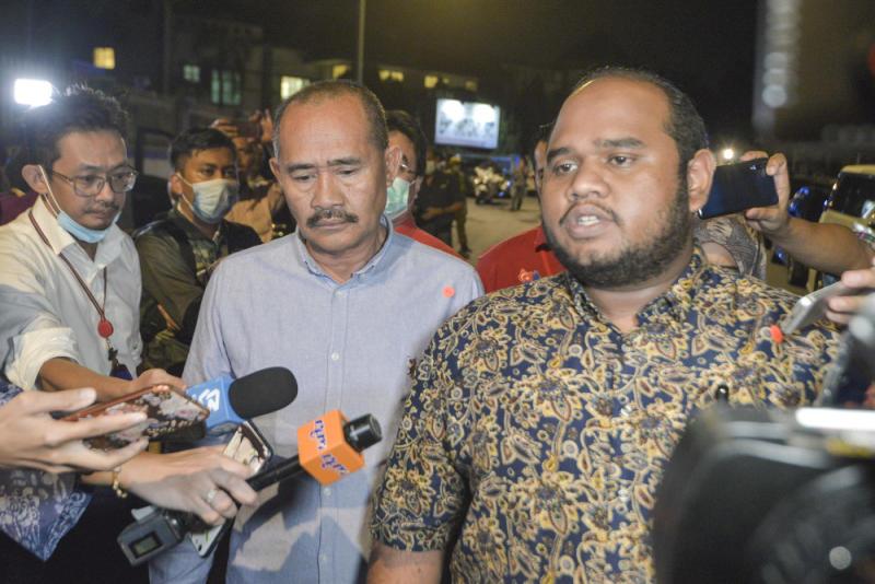 Ulya Aqamah Husamudin (right) speaks to the media after leaving the Bersatu meeting in Kuala Lumpur June 4, 2020. — Picture by Shafwan Zaidon