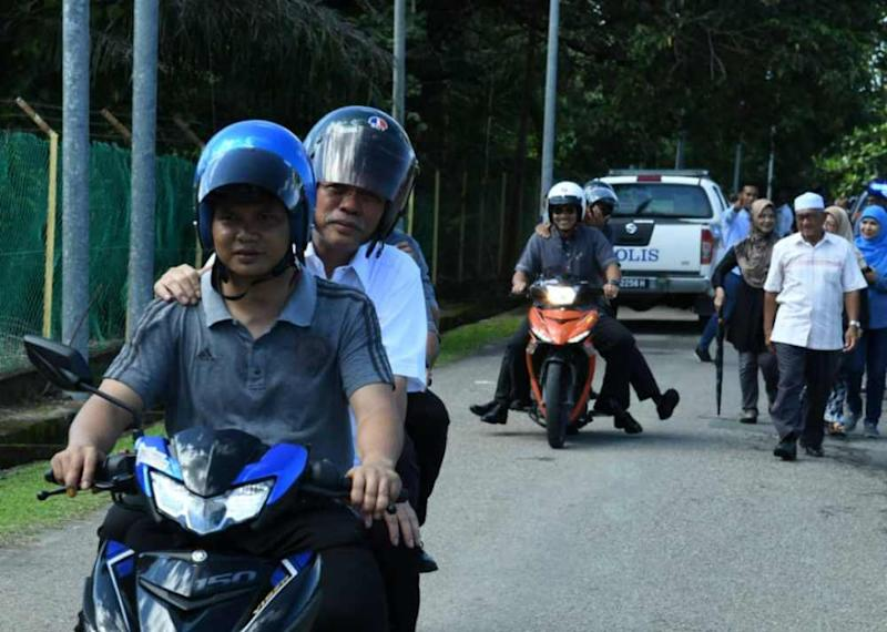 Chief Minister Datuk Seri Shafie Apdal was seen visiting polling centres starting in Bongawan on the back of a motorbike.