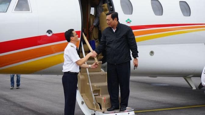 Menteri Koordinator Bidang Kemaritiman, Luhut Binsar Pandjaitan mendarat di Bandara Silangit, Sumatera Utara. Menteri Koordinator Bidang Kemaritiman, Luhut Binsar Pandjaitan mendarat di Bandara Silangit, Sumatera Utara. (Kemenko Kemaritiman)