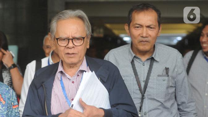 Wakil Ketua KPK Saut Situmorang (kanan) bersama mantan Wakil Ketua KPK, Erry Riyana Hardjapamekas usai menggelar pertemuan di gedung KPK, Jakarta, Jumat (15/11/2019). Mereka membahas rencana mengajukan uji materi terhadap Undang-Undang No. 19 tahun 2019 tentang KPK ke MK. (merdeka.com/Dwi Narwoko)
