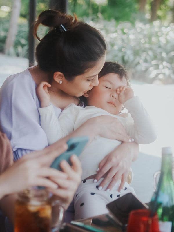 Selain menceritakan putrinya yang manja dan makin lengket, bintang sinetron berusia 28 tahun itu juga mengaku galau dan resah. Apakah, ia bisa membagi waktu mengurus anak, suami dan kerja. (Instagram/chelseaoliviaa)