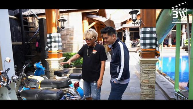 Disamping kolam renang ada beberapa motor berparkir. Sule mengaku bukan pecinta motor, namun ia membantu membeli motor teman-temannya yang kena imbas corona. (Youtube/Boy William)
