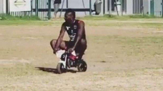 Mario Balotelli tunggangi motor kecil