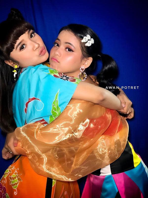 Potret dua penyanyi berbakat, Tasya Rosmala dan Putri DA. (Sumber: Instagram/@awanpotret17)