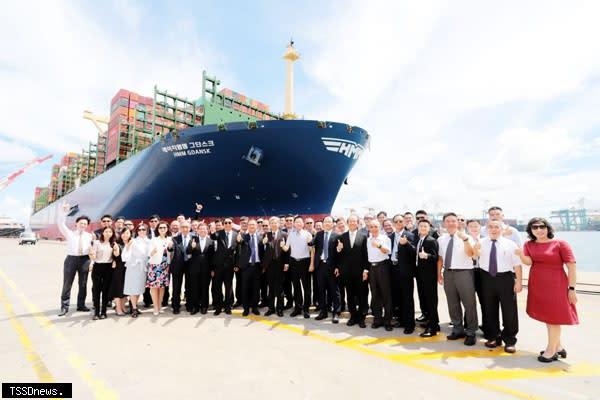 臺灣港務公司董事長李賢義於首航典禮致詞,並與參與貴賓合照。(圖:高雄港務分公司提供)