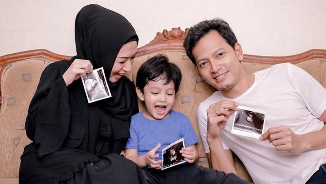 Kabar bahagia juga dibagikan bintang film Fedi Nuril. Melalui akun instagramnya, 14 September suami Calysta Vanny Widyasasti mengabarka telah dikaruniai seorang anak laki-laki yang diberi nama Aksa Ganindra Nuril. (Istagram/calystavannyws)