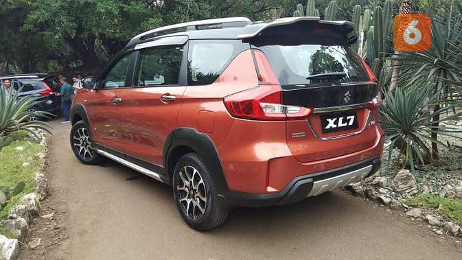 Penampakan Suzuki XL7 dari belakang, sekilas mirip dengan Ertiga Sport. (Septian/Liputan6.com)