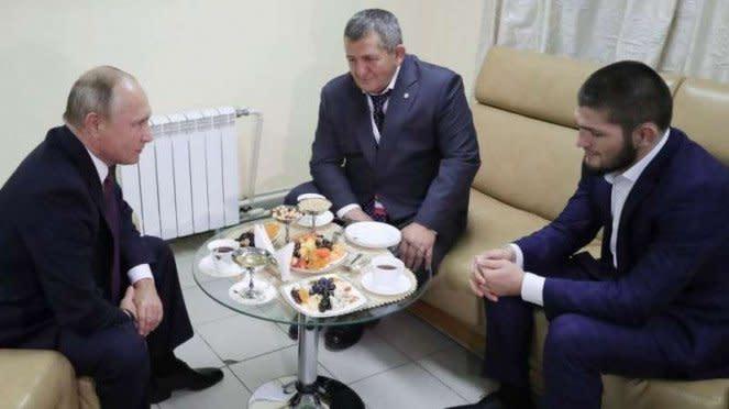 Khabib Nurmagomedov (kanan) berjumpa dengan Vladimir Putin (kiri) dan ditemani ayahnya, Abdulmanap