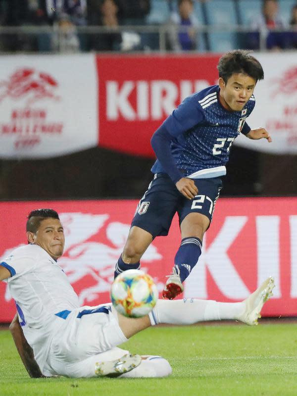 Gelandang Jepang Takefusa Kubo menendang bola saat bertanding melawan El Savador pada pertandingan persahabatan di Stadion Hitomebore Miyagi di Rifu (9/6/2019). Kubo kabarnya direkrut dengan biaya senilai 2 juta euro dan diberi kontrak berdurasi enam tahun. (AFP Photo/Jiji Press)