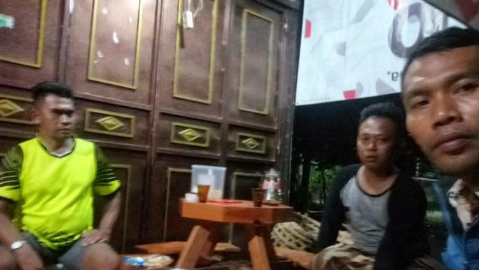 Warga Dusun Tritih, Danasri Lor, Nusawungu, Cilacap, ronda usai penangkapan terduga teroris di Desa ini pada Minggu (17/11/2019) . (Liputan6.com/Saimun untuk Muhamad Ridlo)