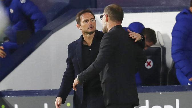 Pelatih Chelsea, Frank Lampard, berbincang dengan pelatih West Bromwich Albion, Slaven Bilic, pada laga Liga Inggris di Stadion Hawthorns, Minggu (27/9/2020). Kedua tim bermain imbang 3-3. (Catherine Ivill/Pool via AP)