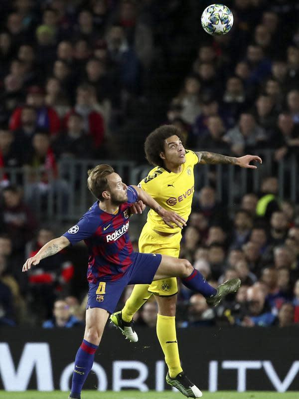 Gelandang Barcelona, Ivan Rakitic berebut bola dengan gelandang Borrusia Dortmund, Axel Witsel pada pertandingan Grup F Liga Champions di stadion Camp Nou, Spanyol (27/11/2019). Barcelona menang 3-1 atas Dortmund. (AP Photo/Emilio Morenatti)