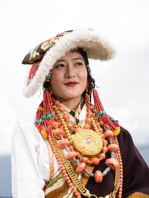 Seorang wanita mengikuti peragaan busana Tibet di padang rumput Zhaqingtang di Wilayah Sertar, Provinsi Sichuan, China barat daya (7/8/2020). (Xinhua/Jiang Hongjing)
