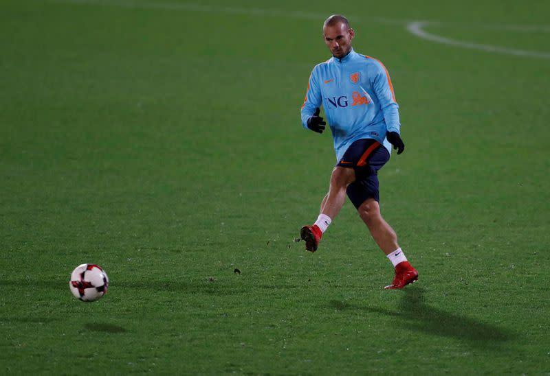 Sneijder latest top Dutch footballer considering comeback