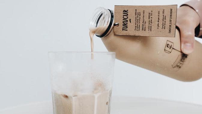 Brand kopi lokal, TUKU menghadirkan es kopi yang dikemas dalam kemasan satu liter. (dok. Instagram @tokokopituku/https://www.instagram.com/p/B98s6X4Hccw/Putu Elmira)