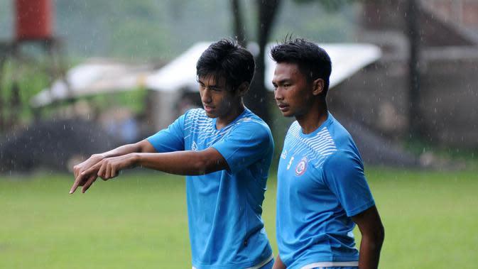 Hanif Sjahbandi dan Bagas Adi Nugroho berdiskusi saat latihan dengan Arema di Abdulrachman Saleh, Malang. (Bola.com/Iwan Setiawan)