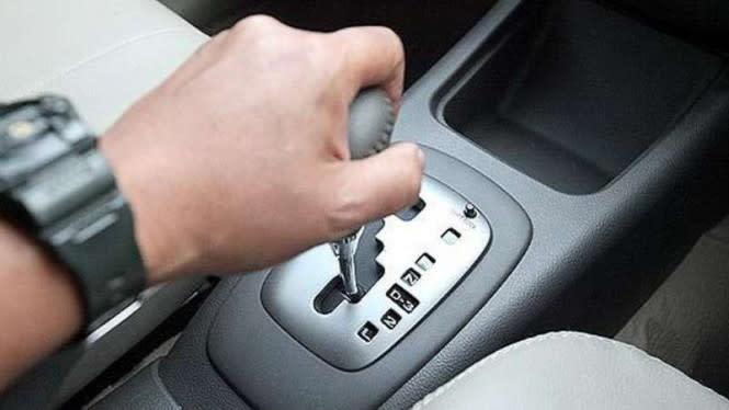 Tips Mobil Matik: Perlu Gak Pindahkan Tuas saat Ingin Mendahului