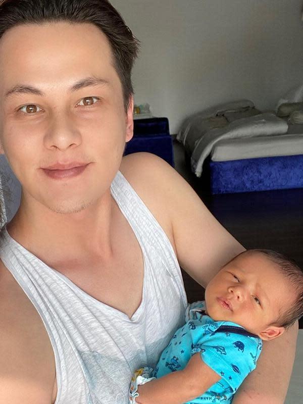 Sakalinga keluarga baru Ussy dan Andhika lahir pada 1 September 2020. Kehadiran ini sangat dinantikan oleh keluarga ini lantaran sebelumnya telah memiliki empat anak perempuan semua. (Instagram/ussypratama)