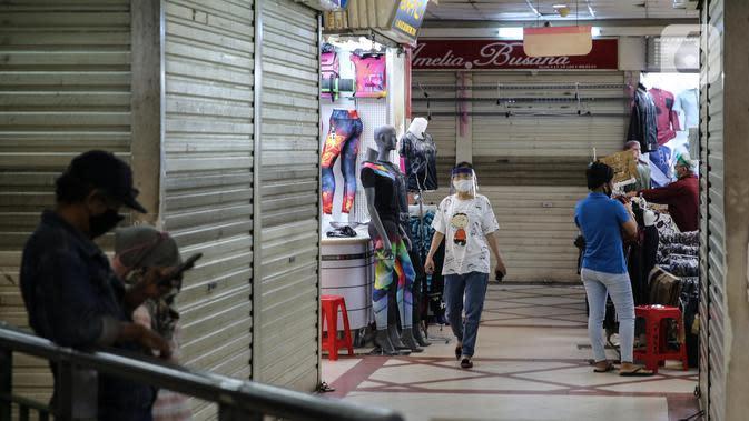 Pedagang merapikan dagangan saat kembali membuka kios di Pasar Tanah Abang Blok A, Jakarta, Senin (15/6/2020). Setelah hampir tiga bulan ditutup, Pasar Tanah Abang kembali beroperasi pada Senin (15/6) diikuti dengan penerapan protokol kesehatan pencegahan Covid-19. (Liputan6.com/Faizal Fanani)