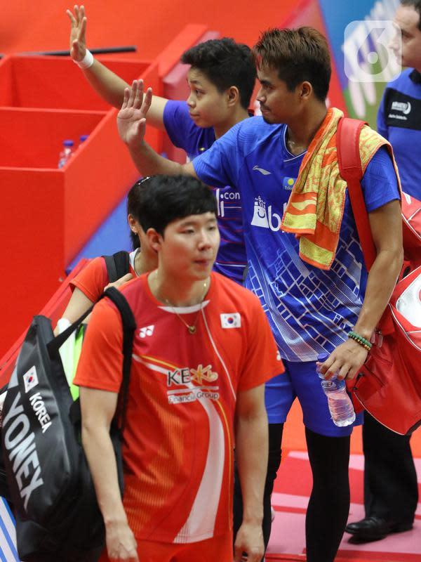 Pebulutangkis Indonesia, Tontowi Ahmad/Apriyani Rahayu usai melawan Seo Seung Jae/Chae Yujung (Korea Selatan) pada babak pertama ganda campuran Indonesia Master 2020 di Istora GBK, Jakarta, Rabu (15/1/2020). Pertandingan tidak dilanjutkan karena Chae Yujung cedera. (Liputan6.com/Helmi Fithriansyah)