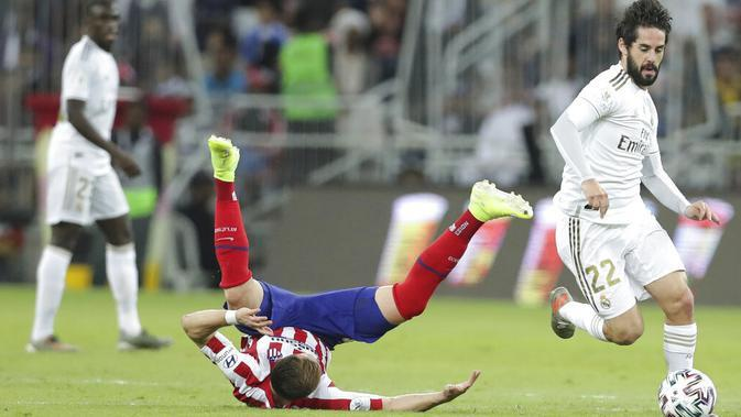Gelandang Real Madrid, Isco, menggiring bola saat melawan Atletico Madrid pada laga Piala Super Spanyol di King Abdulla Sports City, Jeddah, Senin (13/1/2020). Real Madrid menang adu penalti 4-1 atas Atletico Madrid. (AP/Hassan Ammar)