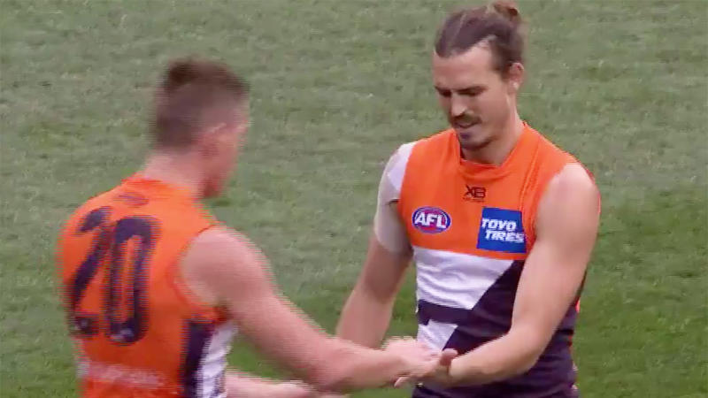 Phil Davis dislocated his finger but nonchalantly allowed his teammate to pop it back into place. (Image: @AFL)