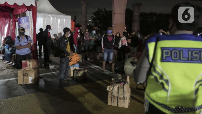 Sejumlah calon pemudik terjaring razia penyekatan di Pintu Tol Cikarang Barat, Bekasi, Jawa Barat, Sabtu (23/5/2020). Calon pemudik yang terjaring razia tersebut dibawa ke Terminal Pulogebang untuk kemudian diarahkan kembali menuju Jakarta. (Liputan6.com/Johan Tallo)