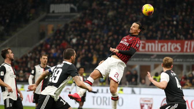 Pemain AC Milan Zlatan Ibrahimovic menyundul bola saat menghadapi Juventus pada pertandingan Coppa Italia di Stadion San Siro, Milan, Italia, Kamis (13/2/2020). Pertandingan berakhir 1-1. (AP Photo/Antonio Calanni)