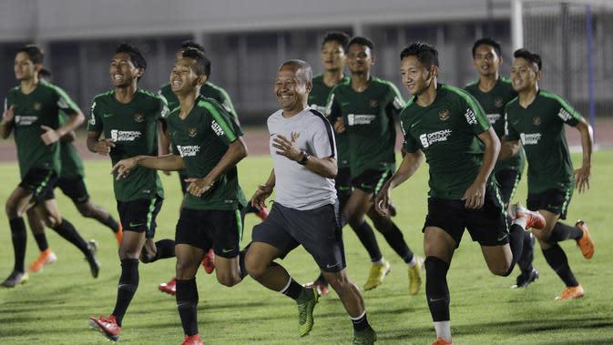 Pemain Timnas Indonesia U-22 saat sesi latihan di Stadion Madya, Jakarta, Rabu (24/7). Latihan ini merupakan persiapan jelang Sea Games 2019 Filipina. (Bola.com/M Iqbal Ichsan)
