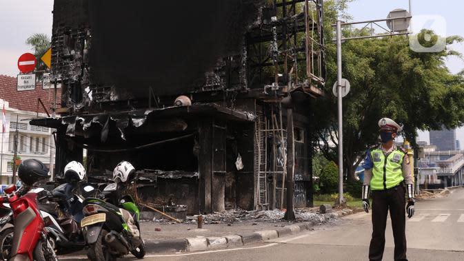 Kondisi pos polisi di perempatan Harmoni, Jakarta, yang hangus saat kericuhan unjuk rasa menolak pengesahan UU Cipta Kerja, Jumat (9/10/2020). Unjuk rasa tersebut berakhir ricuh dan mengakibatkan sejumlah fasilitas umum rusak. (Liputan6.com/Angga Yuniar)
