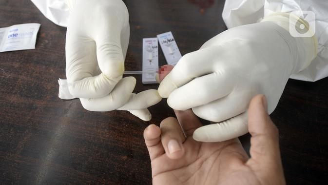 Petugas medis mengambil sampel darah saat screening test virus corona COVID-19 di Pasar Modern BSD, Tangerang Selatan, Banten, Selasa (21/4/2020). Screening test pendeteksi dini tersebut dilakukan di 12 lokasi di Tangerang Selatan untuk menanggulangi COVID-19. (merdeka.com/Dwi Narwoko)