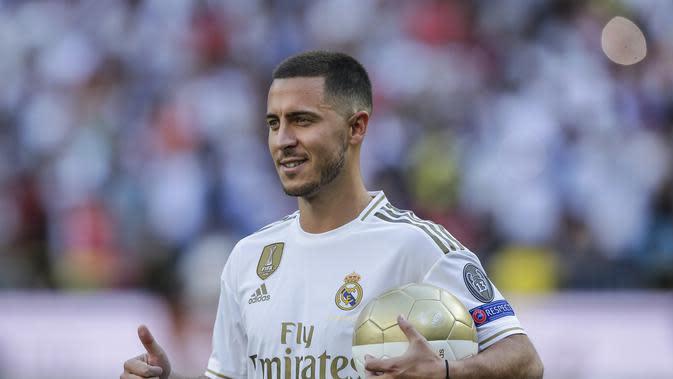 Eden Hazard diperkenalkan kepada media dan publik sebagai pemain anyar Real Madrid di Santiago Bernabeu, Jumat (13/6/2019).(AP Photo/Manu Fernandez)